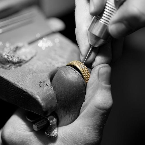 Giloy Trauringe: Diamantfasser bei der Arbeit