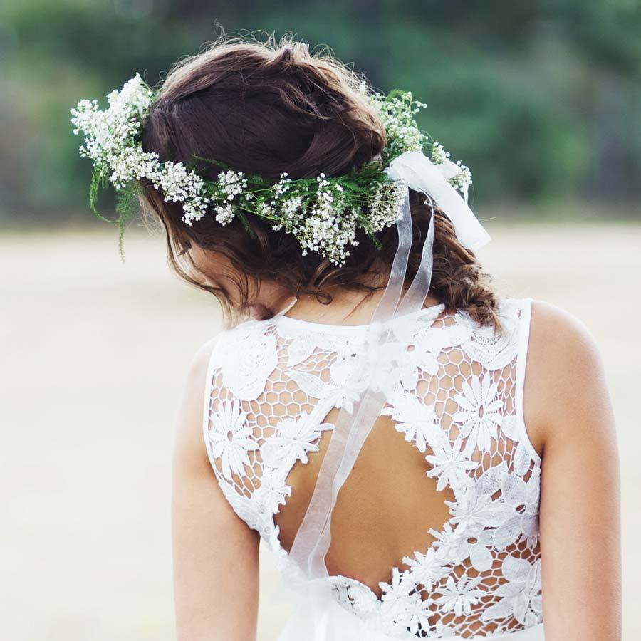 Braut in raffiniertem Spitzenkleid