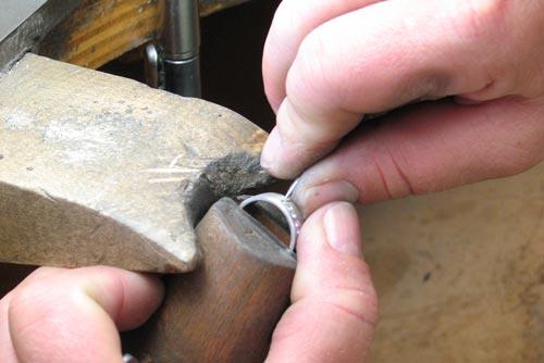 Manufaktur Rauschmayer: Diamantfasser bearbeitet einen Trauring